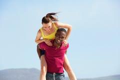 Jeunes couples ayant l'amusement sur la plage Photos stock