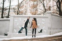 Jeunes couples ayant l'amusement sur la rue de ville en hiver Photos libres de droits