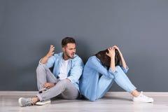 Jeunes couples ayant l'argument à l'intérieur images libres de droits