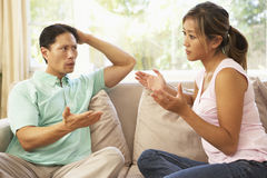 Jeunes couples ayant l'argument à la maison Photo stock