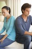 Jeunes couples ayant l'argument à la maison photos stock