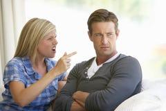 Jeunes couples ayant l'argument à la maison photo libre de droits