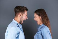 Jeunes couples ayant l'argument photo libre de droits