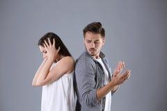 Jeunes couples ayant l'argument images stock