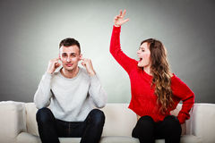 Jeunes couples ayant l'argument Image stock