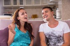 Jeunes couples ayant la conversation agréable à la maison Photographie stock libre de droits