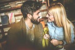 Jeunes couples ayant la conversation Regard Image libre de droits