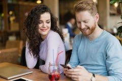 Jeunes couples ayant la date dans le café Image libre de droits