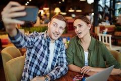 Jeunes couples ayant la date dans le café Photographie stock