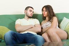 Jeunes couples ayant le conflit à la maison Photos stock