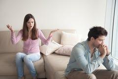 Jeunes couples ayant le conflit Femme parlant avec émotion, homme triste Photographie stock libre de droits