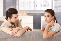 Jeunes couples ayant le rapport dans la crise Photographie stock libre de droits