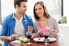 Couples ayant le repas dans le restaurant Image stock