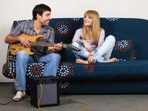 Jeunes couples ayant le reste avec une musique Photo stock