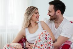 Jeunes couples ayant le temps romantique dans la chambre à coucher Photographie stock libre de droits