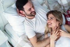 Jeunes couples ayant le temps romantique dans la chambre à coucher Images libres de droits
