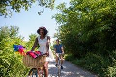 Jeunes couples ayant le tour joyeux de vélo en nature Photographie stock libre de droits