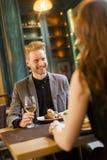 Jeunes couples ayant le wagon-restaurant Photo stock