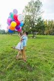 Jeunes couples ayant le week-end et marchant avec des ballons sur la nature Photo libre de droits