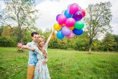 Jeunes couples ayant le week-end et marchant avec des ballons sur la nature Photos libres de droits