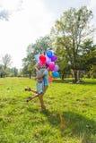 Jeunes couples ayant le week-end et marchant avec des ballons sur la nature Images libres de droits