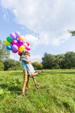 Jeunes couples ayant le week-end et marchant avec des ballons sur la nature Photos stock