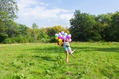Jeunes couples ayant le week-end et marchant avec des ballons sur la nature Image libre de droits
