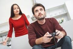 Jeunes couples ayant romantique égalisant à la maison l'amie mécontente Photo stock