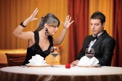 Jeunes couples ayant un argument image stock