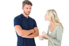 Jeunes couples ayant un argument photographie stock