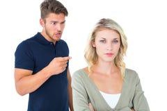 Jeunes couples ayant un argument photos stock