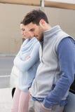 Jeunes couples ayant un argument photographie stock libre de droits