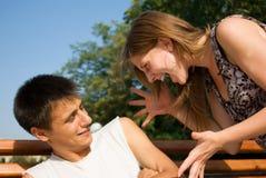 Jeunes couples ayant un conflit photo stock