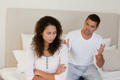 Jeunes couples ayant un conflit sur le bâti Image stock