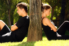 Jeunes couples ayant un problème Photos stock