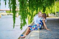 Jeunes couples ayant une date à Paris, France Photographie stock libre de droits