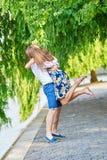 Jeunes couples ayant une date à Paris, France Images stock