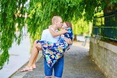 Jeunes couples ayant une date à Paris, France Photographie stock