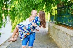 Jeunes couples ayant une date à Paris, France Photo libre de droits