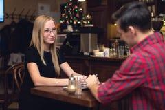 Jeunes couples ayant une date en café potable de café Photos libres de droits