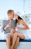 Jeunes couples ayant une partie sur un bateau à voile de luxe à l'été Image libre de droits