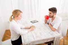 Jeunes couples ayant une pause-café Image libre de droits