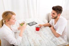 Jeunes couples ayant une pause-café Photos libres de droits