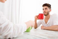 Jeunes couples ayant une pause-café Photographie stock