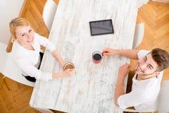 Jeunes couples ayant une pause-café Images libres de droits