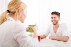 Jeunes couples ayant une pause-café Photos stock