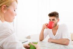 Jeunes couples ayant une pause-café Photo stock