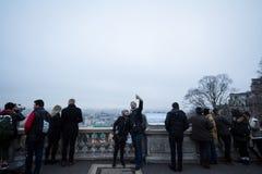 Jeunes couples blancs le prenant à un selfie dedans milieu d'une foule de touristes sur la colline de Montmartre Photo stock