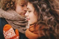 Jeunes couples bouclés regardant l'un l'autre avec amour Photographie stock
