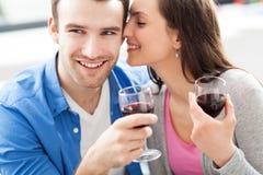 Vin potable de jeunes couples Photographie stock libre de droits